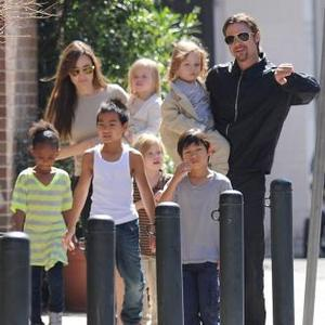 brad_and_angelina_with_their_six_kids_1411485